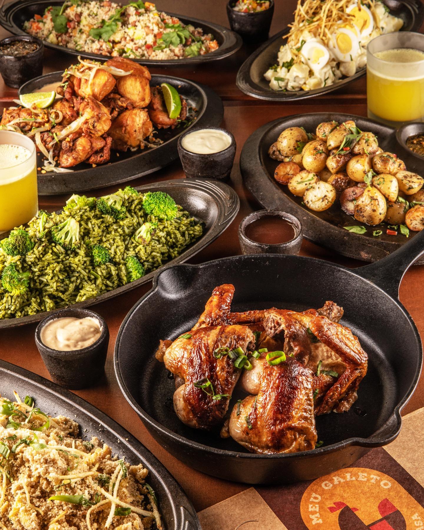 """O galeto na brasa é um delivery do Chef peruano Marco Espinoza. A marca """"Meu Galeto na Brasa"""", com serviço exclusivo pelo delivery, oferece o galeto preparado na brasa, feito com um tempero especial.  Entre as opções, galeto inteiro com 2 molhos da preferência do cliente (R$45); meio galeto + 2 acompanhamentos (R$26); Galeto Na Brasa (para 4 pessoas) – 1 galeto inteiro + arroz chaufa + batatas + salada da casa e vinagrete (R$89).  Para acompanhar o Galeto, arroz biru biru, arroz maluco, arroz com brócolis, arroz branco, farofa de ovo, purê de batata, aalada tradicional e salada de maionese de batata."""
