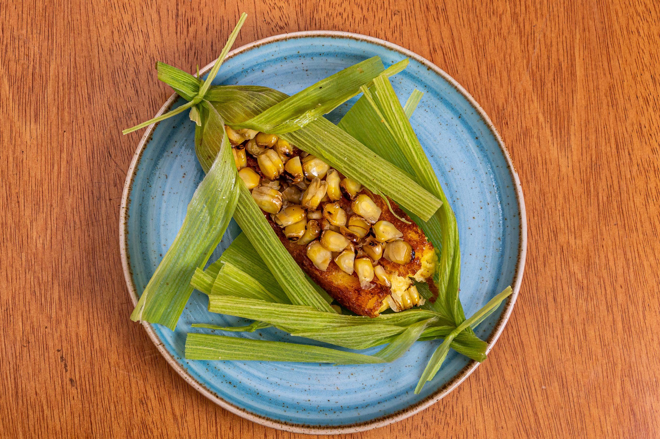 Foto-Urukum-Lagoa_Sopa-Pantaneira-05_Bolo-cremoso-de-milho-verde-queijo-meia-cura-cebola-e-milho-tostado.-Servido-embrulhadinho-na-palha-de-milho_-Credito-Rodrigo-Barionovo